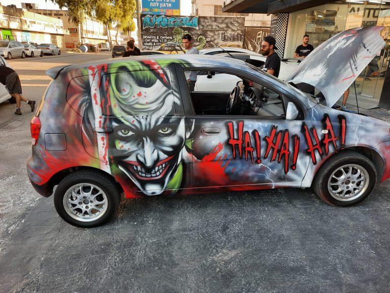 ציור גרפיטי על רכב